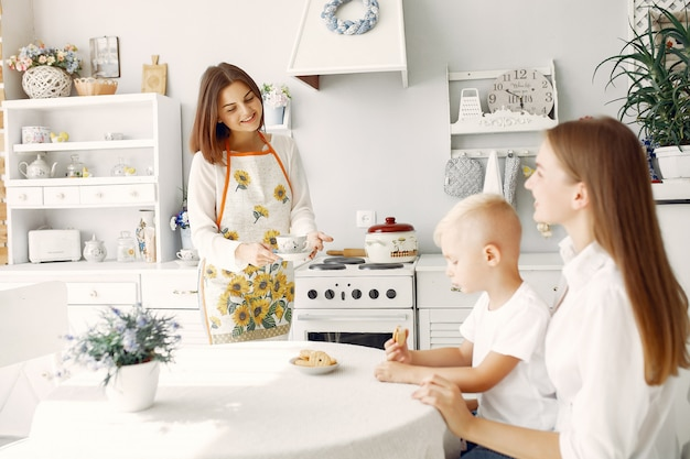 Мама с маленькими детьми пили чай дома