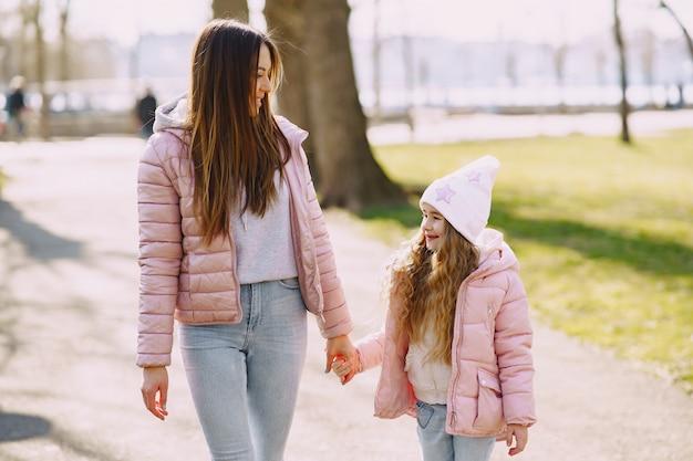 Мать с дочерью, играя в парке