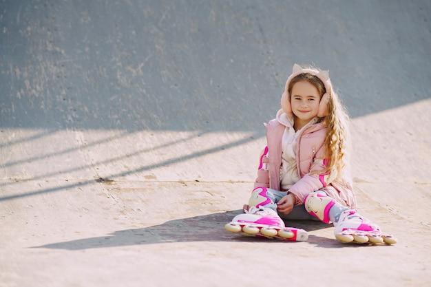 ローラーのある公園で娘を持つ母