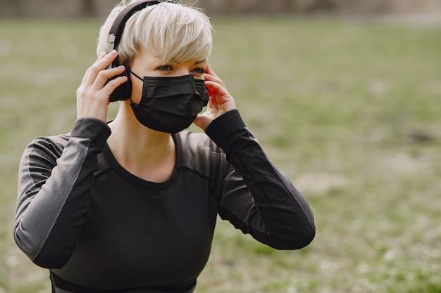Тренировка женщины в маске во время коронавируса