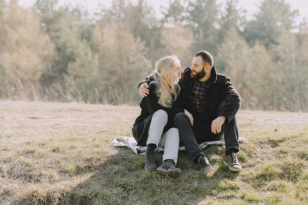 美しいカップルが麦畑で時間を過ごす