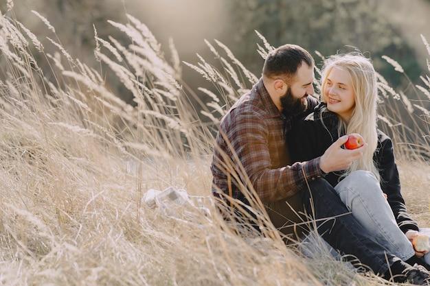 Красивая пара проводит время в пшеничном поле