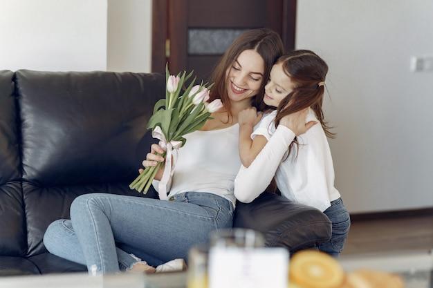 自宅で娘を持つ母