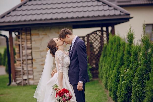 花嫁は花婿の額にキスを