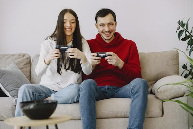 Семейная пара играет в видеоигры