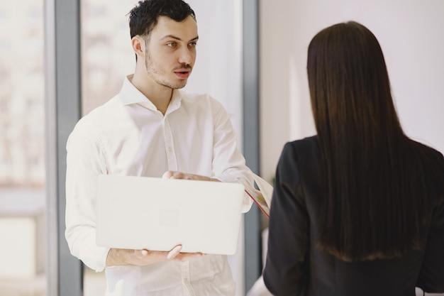 オフィスで働く彼のパートナーを持ったビジネスマン