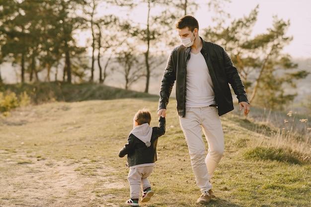 Отец с маленьким сыном в масках