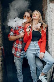 都市のアークでスタイリッシュな若いカップル