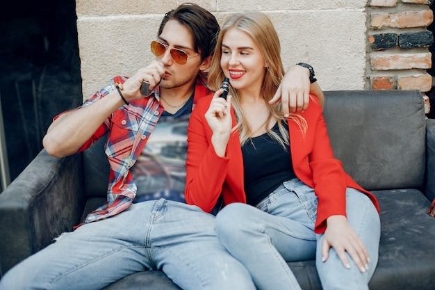 カフェでアークでスタイリッシュな若いカップル