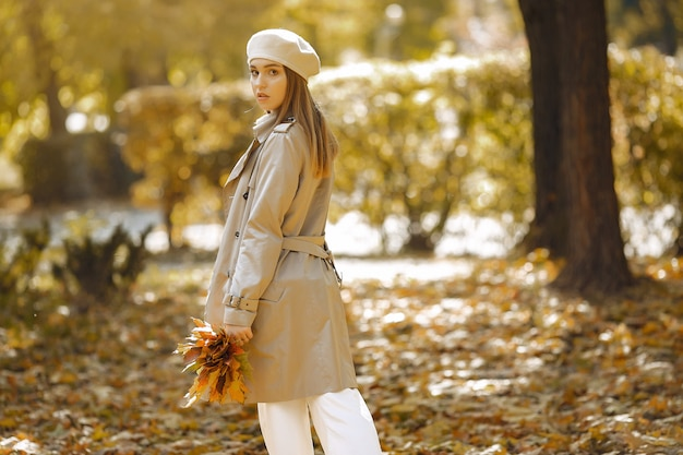 秋の公園でエレガントでスタイリッシュな女の子