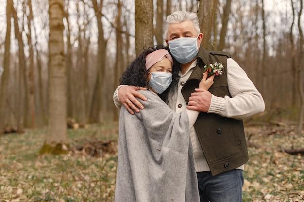 春の森でエレガントな大人のカップル