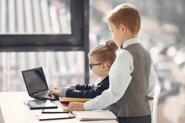 Дети в офисе с ноутбуком