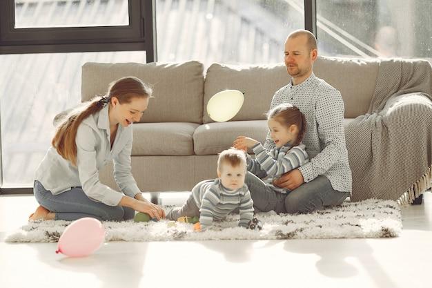 Красивая семья проводит время в спальне