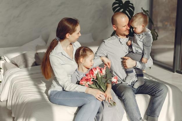 美しい家族が寝室で時間を過ごす