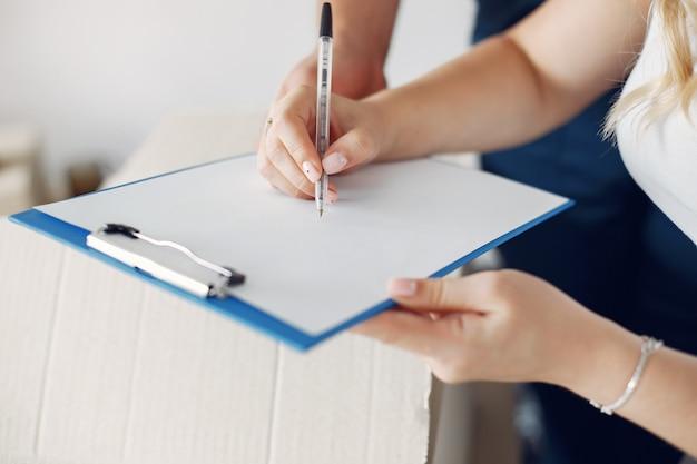 移動、紙に署名する女性