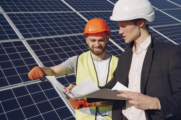Форман и бизнесмен на станции солнечной энергии.