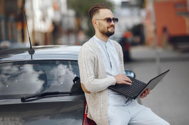 Молодой бизнесмен гуляя на улицу