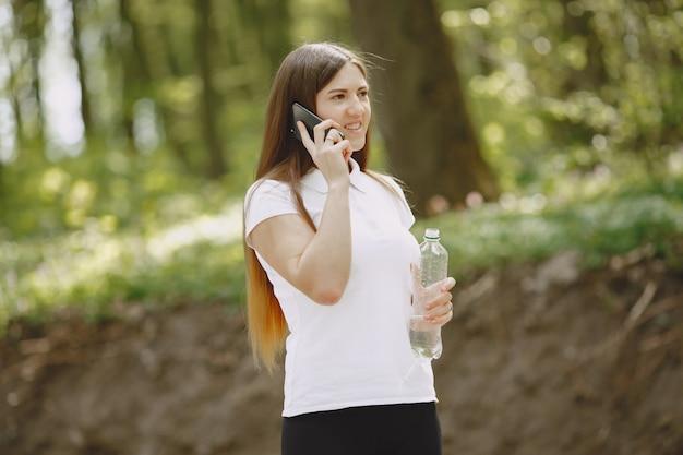 夏の森の美しいスポーツ少女