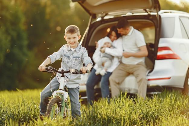 オープントランクで夏の森の家族