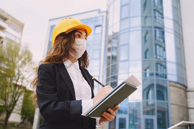 Женский архитектор с строительной площадки на