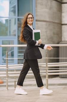 市庁舎の屋外で立っている女性実業家