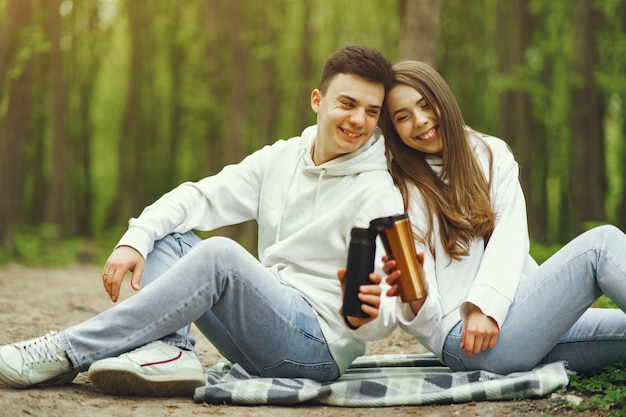 美しいカップルは春の森で時間を過ごす