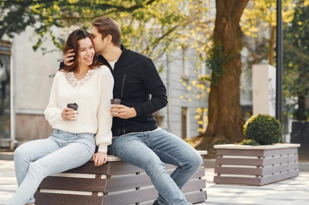 美しいカップルは春の公園で時間を過ごす
