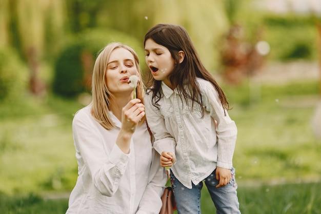夏の森で娘とエレガントな母