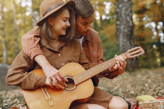 Красивая пара проводит время в осеннем парке