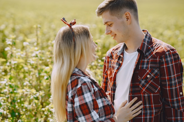 夏の畑で若い男性と女性のカップル