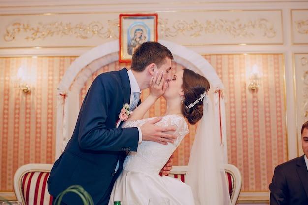 Страстные пары давая поцелуй