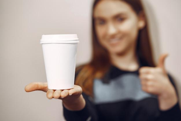 若いバリスタの女の子がコーヒーと笑顔を作る