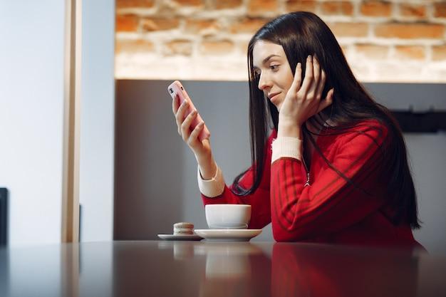 Женщина пьет кофе по утрам в ресторане