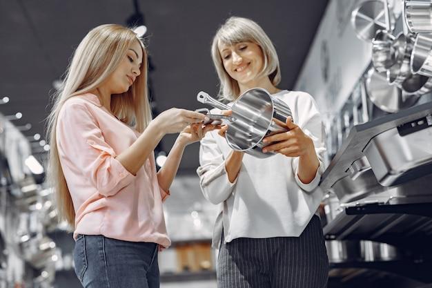 女性が店で料理を買う