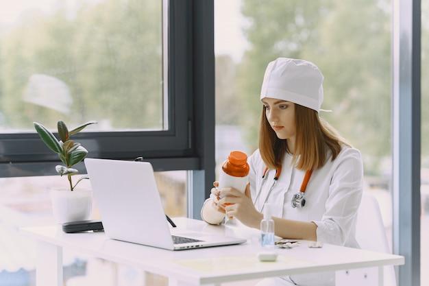 Женщина-врач записывает видео в блоге о медицине