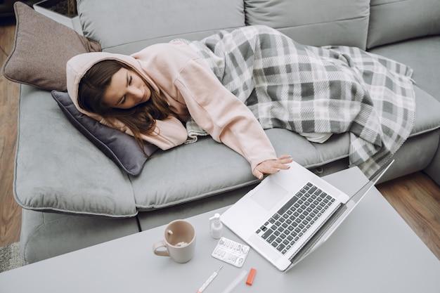 自宅で座っている頭痛と病気の女性