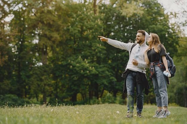 かわいいカップルは夏の森で休む