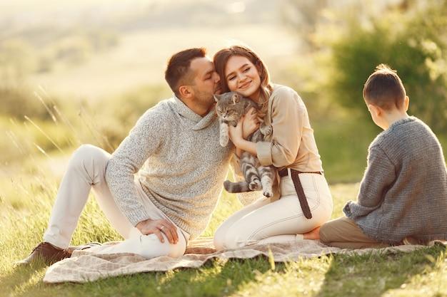 夏の畑で遊ぶかわいい家族