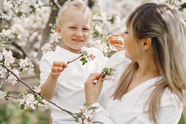 Мать с маленьким сыном, играя в летнем дворе