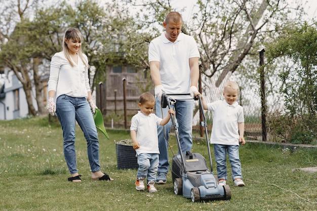 息子と裏庭に取り組んでいる芝刈り機男