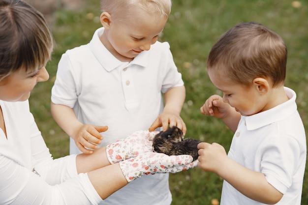 夏の庭で遊んでいる幼い息子を持つ母
