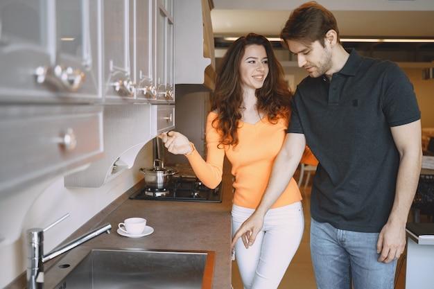 Пара выбирает мебель в мебельном магазине