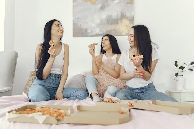 Подруги устраивают пижамную вечеринку дома