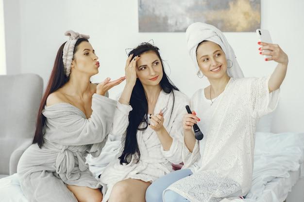 女性の友情とホームパーティーのコンセプト