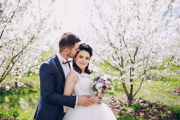 自然を楽しんで幸せな新婚夫婦