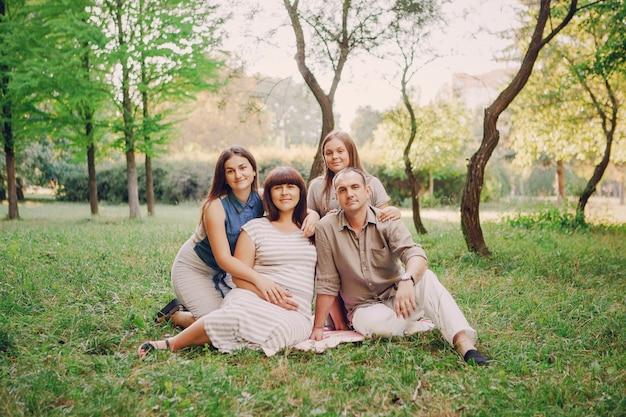 緑の若い公園の親子関係の女性