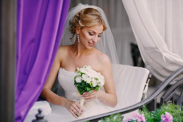 ゴージャスな花嫁は彼女の花束を保持します
