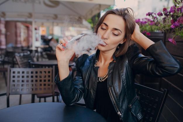 大人の喫煙ながら彼女の頭に触れます