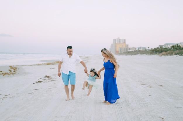 ビーチの美しい家族