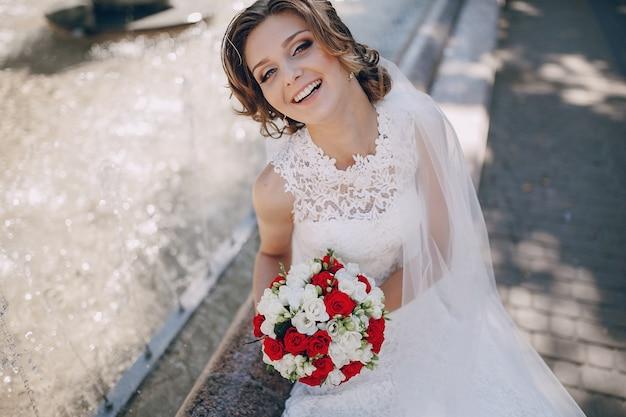 Крупным планом улыбается невесты с ее букет